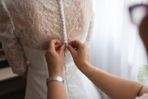 essayer une robe de mariage